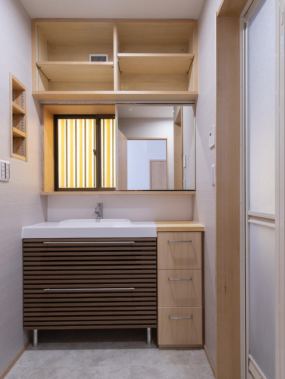 造作カウンターと壁面収納のある家